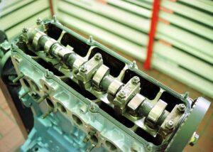 Hlava motoru s jednou vačkovou hřídelí a 8 ventily